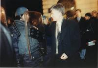 Zoran Đinđić u razgovoru sa policajcem tokom građanskih protesta