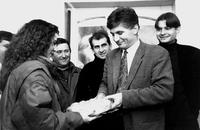 """Zoran Đinđić tokom izborne kampanje pod sloganom """"Pošteno"""", 1993. godina"""